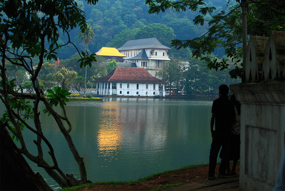 KANDY - TEMPLE OF THE TOOTH LAKE SIDE